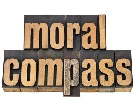valores morales: brújula moral-ética concepto - frase aislada en el tipo de cosecha de madera de tipografía Foto de archivo