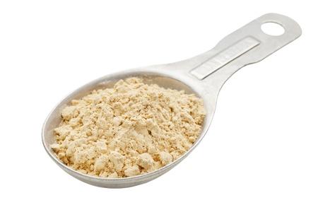 Maca wortel poeder (voedingssupplement - Inca superfood op een aluminium meten eetlepel Stockfoto