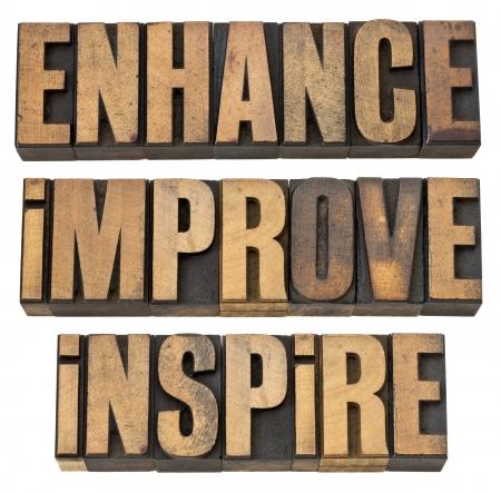 inspirerend: te versterken, te verbeteren, te inspireren - een collage van geïsoleerde motiverende woord in vintage boekdruk hout soort Stockfoto