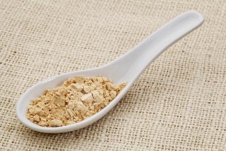 maca: cucharada de polvo de cer�mica de la ra�z de maca (suplemento dietetary) contra la tela de arpillera