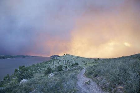 high park: fumo pesante da High Park wildfire oscurando il sole e cielo sopra Horsetooth Reservoir e colline vicino a Fort Collins, Colorado Archivio Fotografico