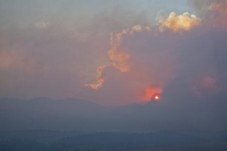 high park: fumo pesante High Park wildfire oscurando il sole e il cielo sopra Montagne Rocciose vicino a Fort Collins, Colorado, 10 giugno, 2012