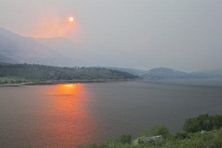 high park: fumo pesante da High Park wildfire oscurando il sole e cielo sopra Horsetooth Reservoir e colline vicino a Fort Collins, Colorado, 10 Giugno 2012