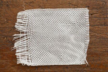 fiberglass: un parche de tela de fibra de vidrio en un fondo de madera del grunge Foto de archivo