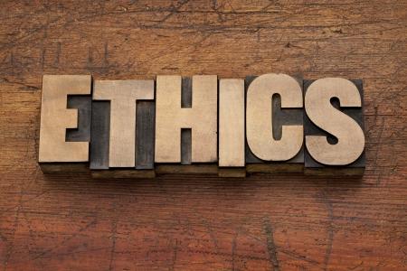 valores morales: �tica palabra en bloques de impresi�n de tipograf�a vendimia sobre fondo de madera del grunge