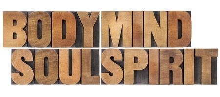 mind body soul: corpo, mente, anima e spirito - un collage di parole isolate in blocchi d'epoca in legno di stampa tipografica
