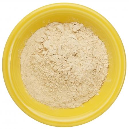 maca: maca polvo de la ra�z (suplemento nutricional - superfood de Andies) en un peque�o taz�n de cer�mica