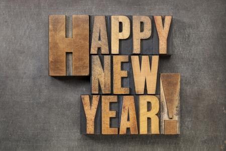 nouvel an: Happy New Year - texte dans des blocs de type typographie vieux bois sur un fond grunge métal Banque d'images