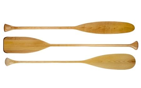 Drie houten kano peddels met verschillende vorm van bladen, waaronder traditionele bever staart, geïsoleerd op wit Stockfoto