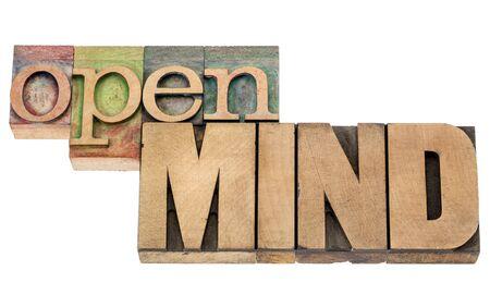 receptivo: abrir la mente - palabras aisladas en bloques de �poca tipograf�a tipo de madera