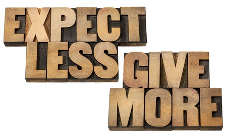 generosity: esperar menos, dar más - Concepto de motivación o de superación personal - palabras aisladas en bloques de época tipografía tipo de madera