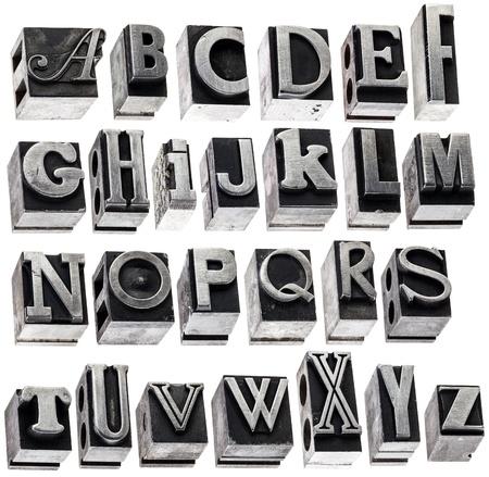 tipos de letras: Ingl�s alfabeto - un collage de 26 letras aisladas en el bloque del grunge letterpress tipo de metal, una variedad de fuentes