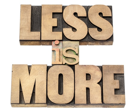 productividad: menos es más - concepto de eficiencia - texto aislado en bloques de madera de época impresión tipográfica de tipo