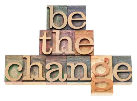 change concept: ser el cambio - concepto de inspiraci�n - texto aislado en bloques de madera de �poca impresi�n tipogr�fica de tipo