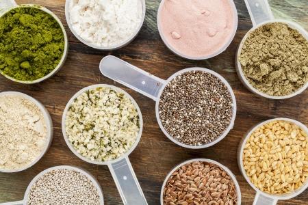 hemp: Kugeln superfood - gesunde Samen und Pulver (weiß und braun chia, braun und goldenen Flachs, Hanf, Granatapfel Pulver, Weizengras, Hanf und Molke-Protein, Maca-Wurzel) - Draufsicht