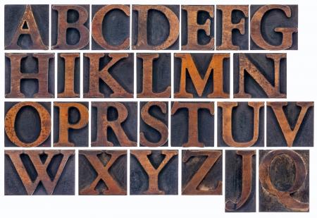 compleet Engels alfabet in vintage houtsoort - een collage van 26 geïsoleerde boekdruk blokken gekleurd door inkt