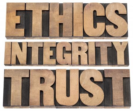 integridad: la �tica, la integridad, la palabra confianza - un collage de texto aislado en bloques de madera de �poca impresi�n tipogr�fica de tipo