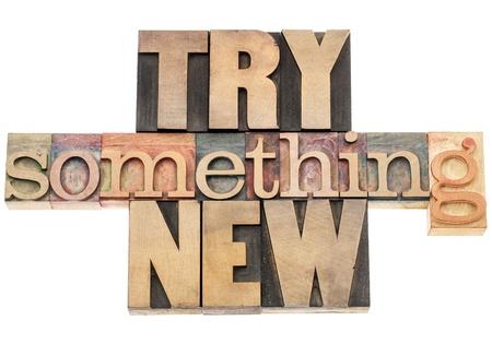 essayer quelque chose de nouveau - texte isolé dans des blocs de bois d'impression de type typographie Banque d'images