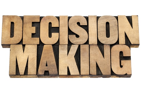 toma de decision: la toma de decisiones - texto aislado en bloques de madera de impresi�n de tipo de tipograf�a Foto de archivo