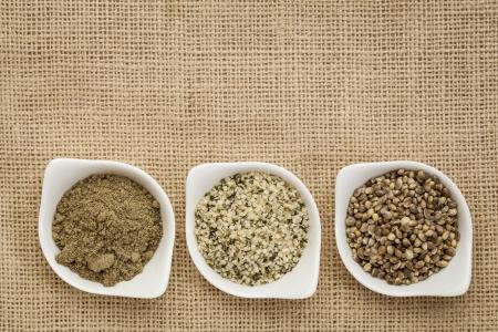 hanf: Hanfprodukte: Samen, Herzen (geschälte Samen) und Protein-Pulver in kleinen Keramik-Schalen auf leinwand