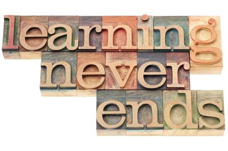 onderwijs: leren nooit eindigt - permanente educatie concept - geïsoleerde tekst in boekdruk hout soort