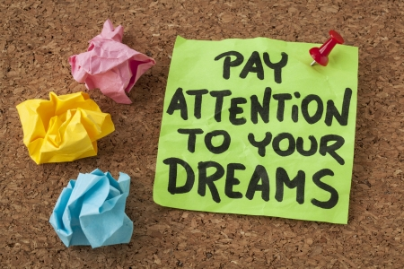 poner atencion: prestar atención a sus sueños-motivación o concepto de la superación personal - escritura a mano en notas adhesivas de colores
