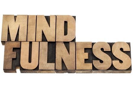 mindfulness: mindfulness - bewustzijn concept - geïsoleerde tekst in boekdruk hout soort Stockfoto