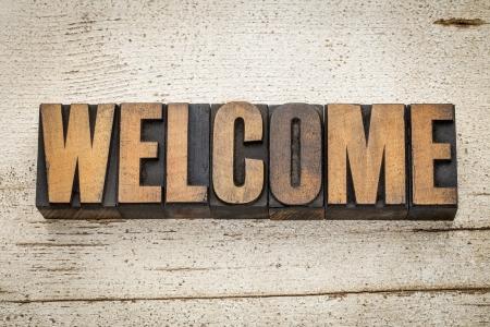 ビンテージ活版グランジ納屋ウッドの背景を塗装で木材の種類の単語を歓迎します。 写真素材