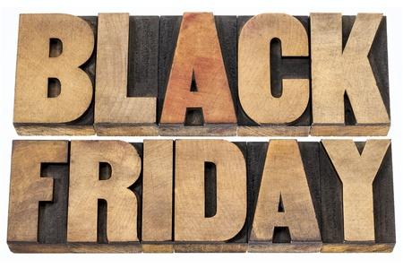 Viernes Negro es el día después del Día de Acción de Gracias en los Estados Unidos, a menudo considerado como el comienzo de la temporada de compras de Navidad. Texto aislado en el tipo de madera. Foto de archivo - 22443327