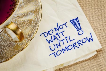 No espere hasta mañana - motivación recordatorio - un doodle servilleta con una taza de té Foto de archivo - 22443361