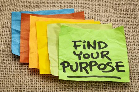 the purpose: encontrar su prop�sito - motivaci�n recordatorio - escritura a mano en notas adhesivas Foto de archivo