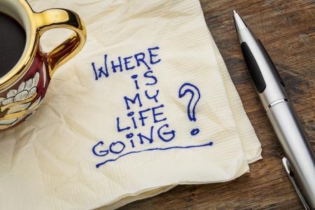 proposito: donde está mi vida va - una cuestión esencial o la búsqueda de efectos - un doodle servilleta con una taza de café espresso