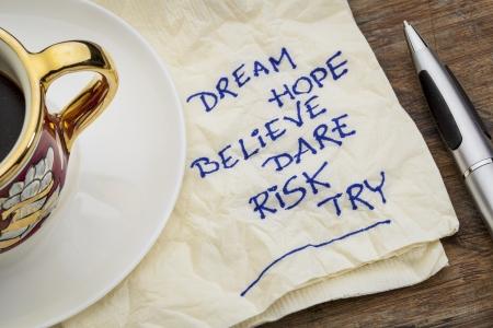 believe: sueño, esperanza, creo, se atreven, riesgo, intente - palabras de motivación - un doodle servilleta con una taza de café espresso Foto de archivo