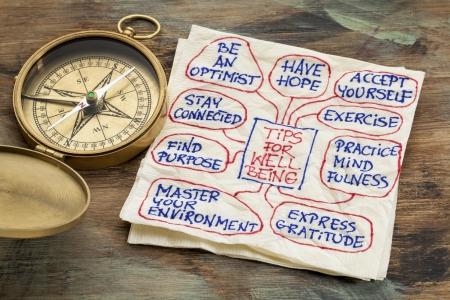 mindfulness: tips voor het welzijn - een servet doodle met een vintage koperen kompas Stockfoto