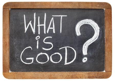 wat is een goede vraag - ethisch concept - wit krijt handschrift op een vintage lei schoolbord