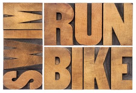 nadar: correr, bicicleta, nadar - Concepto de triatl�n - resumen de palabras aisladas en tipograf�a vintage tipo de madera