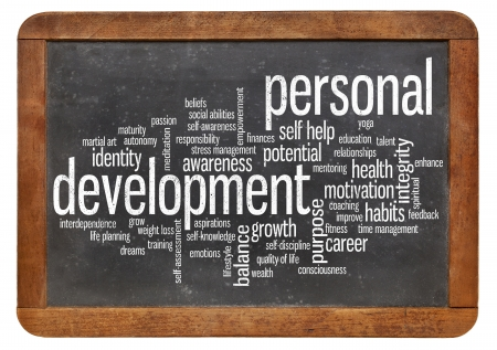 crecimiento personal: nube de palabras o etiquetas relacionadas con el desarrollo personal en una pizarra pizarra de la vendimia aislado en blanco