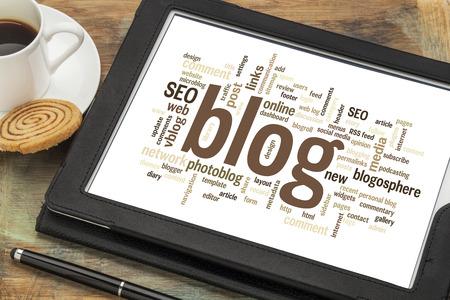 単語やコーヒーのカップとデジタル タブレットのブログやブログのデザインに関連するタグの雲