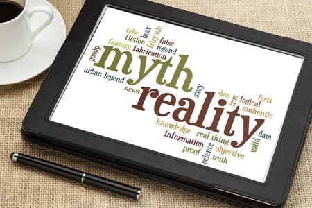 디지털 태블릿에 신화와 현실에 관련된 단어 또는 태그 구름 스톡 콘텐츠