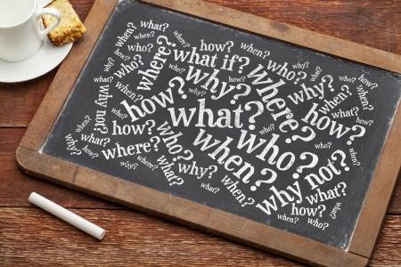 wie, wat, wanneer, waar, waarom, hoe vragen - brainstormen concept op een vintage lei schoolbord met een kopje koffie Stockfoto