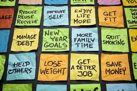 occupation: populaire nieuwe jaar doelen of resoluties - kleurrijke kleverige nota's over een schoolbord Stockfoto