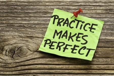 bajo y fornido: la pr�ctica hace al maestro - un recordatorio de motivaci�n en una nota de robustas verde contra la madera de grano