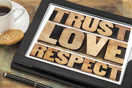 respeto: confianza, el amor y la palabra respeto resumen en el tipo de cosecha de madera de tipografía en una tableta digital