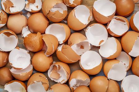 깨진 된 닭 빈 갈색 eggshells 배경 스톡 콘텐츠