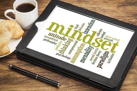 paradigma: mentalidad de nube de palabras en una tableta digital con una taza de t�