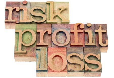 perdidas y ganancias: riesgos, beneficios, p�rdida - invertir concepto - resumen de palabras en tipograf�a tipo de madera Foto de archivo