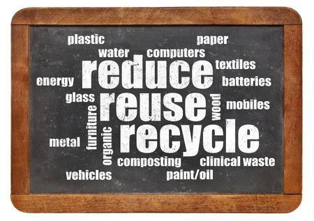 reduce reutiliza recicla: reducir, reutilizar, reciclar nube de la palabra en una pizarra de la vendimia