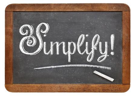 vereenvoudigen: vereenvoudigen suggestie of herinnering met wit krijt op een vintage schoolbord, geïsoleerd op wit