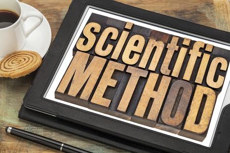 metodo cientifico: método científico - concepto de la ciencia texto en tipografía de época en el tipo de madera en una tableta digital