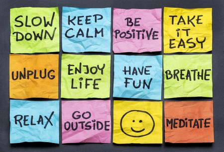 vertragen, ontspan, doe het rustig aan, houd kalm en andere motiverende lifestyle herinneringen op kleurrijke sticky notes